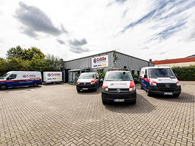 Foto Außenansicht des Büro mit Fahrzeugen von der Crölle Haustechnik GmbH in Recklinghausen